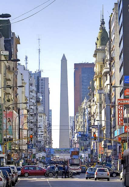 Une rue de Buenos Aires en Argentine avec vue sur l'obélisque