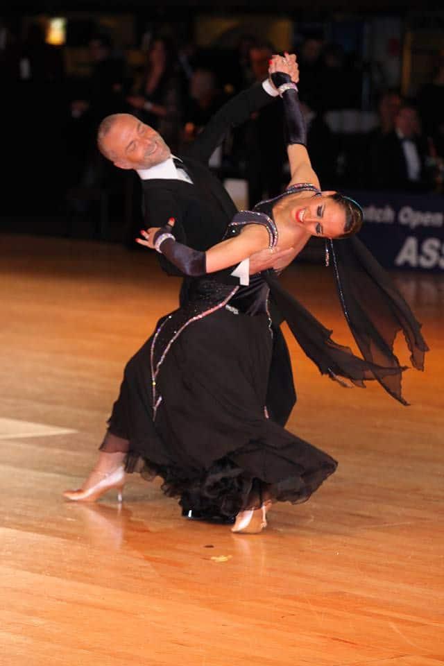 Le professeur de danse Lucie Jeanne danse avec son partenaire